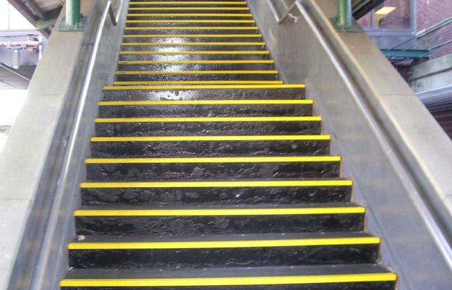 Контрастная лента для маркировки ступеней и лестниц