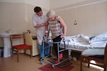 Ходунки для больных с перелом шейки бедра