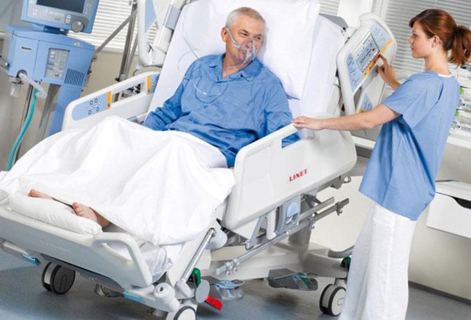 Электрическая функциональная кровать: в состоянии кресла