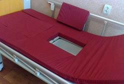 Функциональная кровать с туалетом: матрас с отверстием